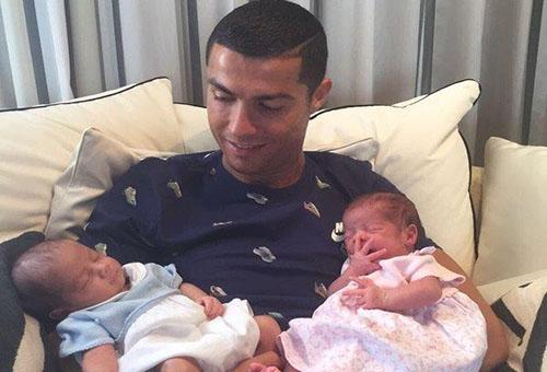 رونالدو يظهر رفقة طفليه التوأم