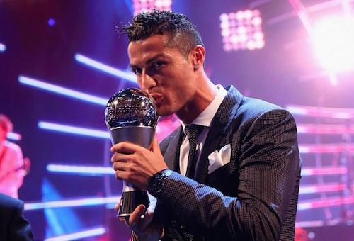 كرستيانو رونالدو يتفوق على ميسي ونيمار ويتوج بجائزة أفضل لاعب في العالم
