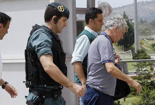 بالصور: الشرطة تقتحم منزل رئيس الاتحاد الإسباني لكرة القدم
