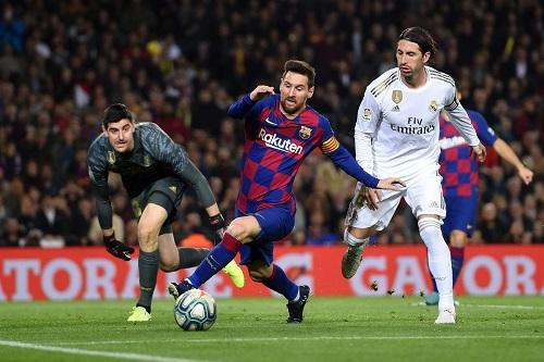 برشلونة لتعزيز الضغط على ريال مدريد في أول كلاسيكو لكومان المدرب