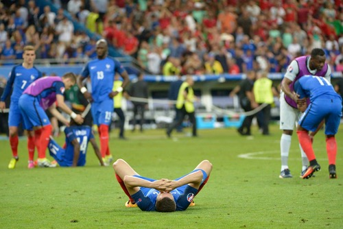 """هولاند يستقبل """"الديوك"""" في الإليزيه.. والصحافة الفرنسية: الخسارة """"طعنة في القلب"""""""