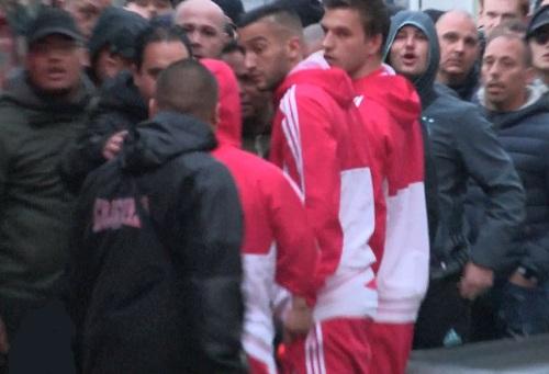 جَماهير أجاكس تَعتدي على زياش بالضرب والشتم وتُحاصر حافِلة النادي بعد ثُلاثية آيندهوفن