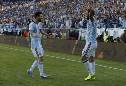 """ميسي وهيغوايين يقودان """"التانغو"""" لنصف نهائي كوبا أمريكا بفوز كاسح على فنزويلا"""
