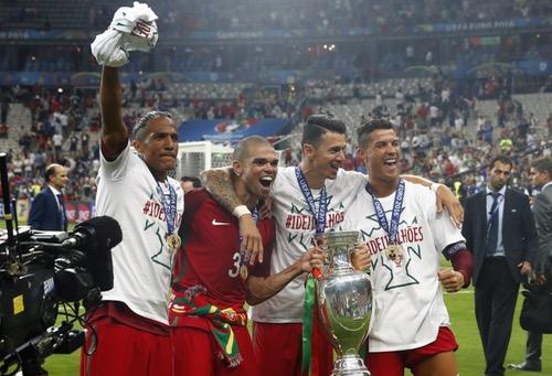 الرئيس البرتغالي يمنح وسام الشرف لرونالدو وزملائه بعد الفوز باللقب الأوروبي