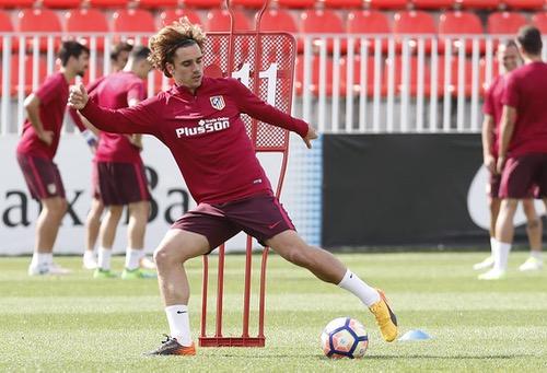 """جريزمان يمدد عقده مع أتلتيكو مدريد وينهي الجدل حول انتقاله لـ""""شياطين مانشستر"""""""