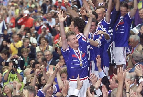 الفرنسيون يطالبون ديشامب بارتداء قميصه في نهائي مونديال 1998 أمام كرواتيا