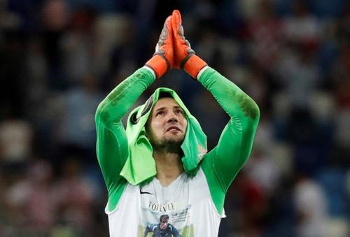 الفيفا يحذر حارس كرواتيا من ارتداء قميص لتخليد ذكرى صديقه المتوفي