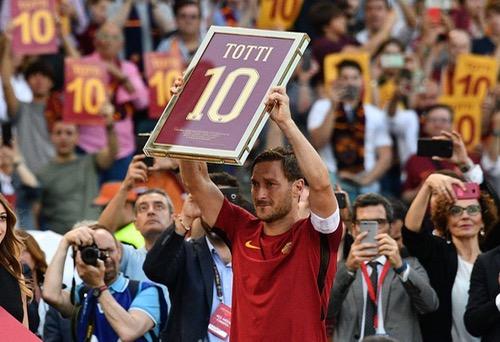"""توتي.. """"قيصر"""" روما الذي وصل للعالمية بقميص واحد فقط"""