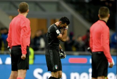 """بُوفون.. يضع قفازه مع """"الآتزوري"""" وينهي مسيرته الدولية بشكل مرير مع المنتخب الأزرق"""