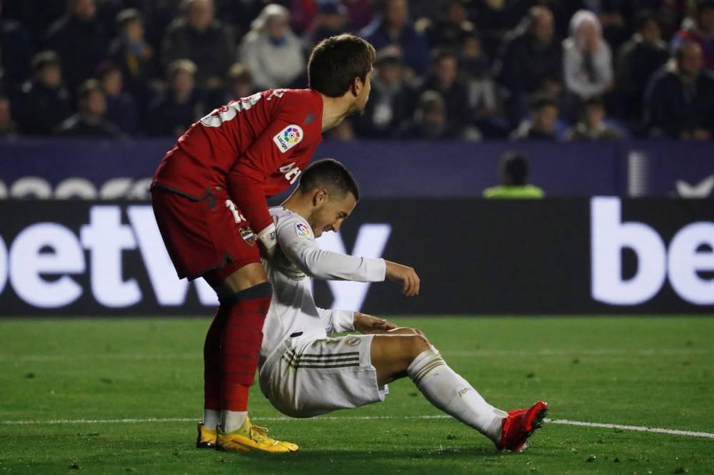 ليفانتي يهدي برشلونة صدارة الدوري الإسباني بفوزه على ريال مدريد