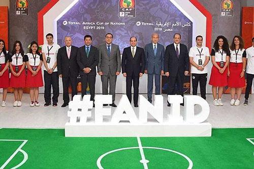 """السيسي يتسلم أول """"بطاقة مشجع"""" لكأس إفريقيا"""