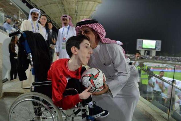 لفتة إنسانية من رئيس اتحاد آسيا لكرة القدم