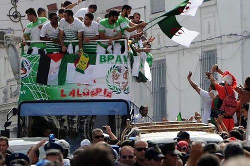 الجماهير الجزائرية تستقبل منتخبها استقبال الأبطال