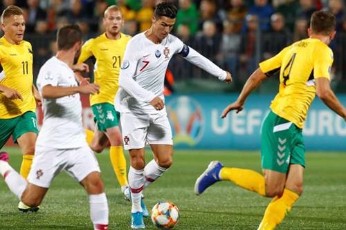 رونالدو يقود البرتغال لاكتساح ليتوانيا برباعية
