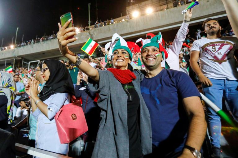 إيران تحقق في انتحار فتاة تشجع كرة القدم