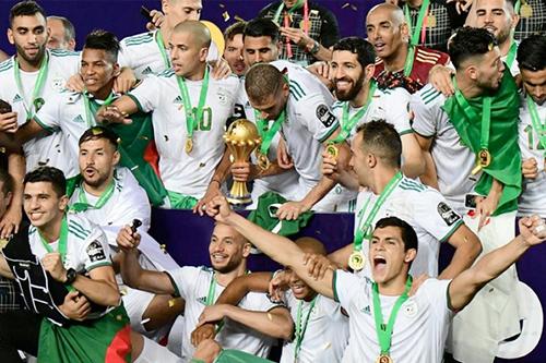 الرئيس الجزائري يقلد منتخب بلاده وسام الاستحقاق الوطني للفوز ببطولة إفريقيا