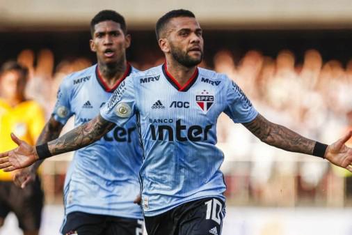 داني ألفيش يكشف عن سبب صعوبة التأقلم على الكرة البرازيلية