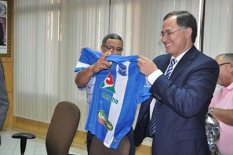 شباب الريف تهدي قميصها لسفير المغرب بهولندا