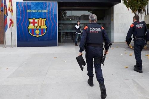 الشرطة الكتالونية تمنع موظفي برشلونة من العمل