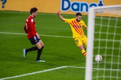 """ميسي يصنع هدفين ويقود برشلونة للفوز على أوساسونا والانفراد بوصافة """"الليغا"""""""