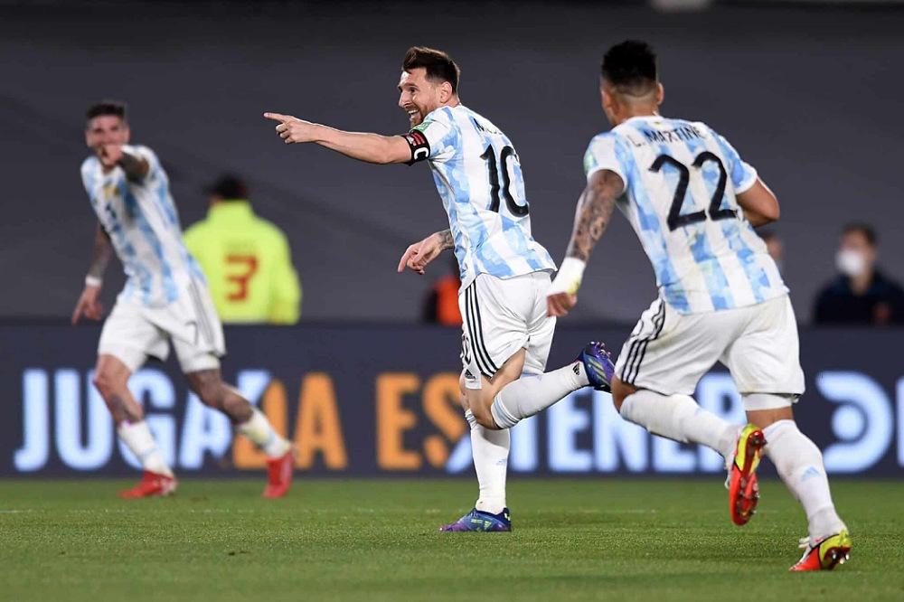 الأرجنتين تسعى لتمهيد الطريق إلى قطر أمام بيرو