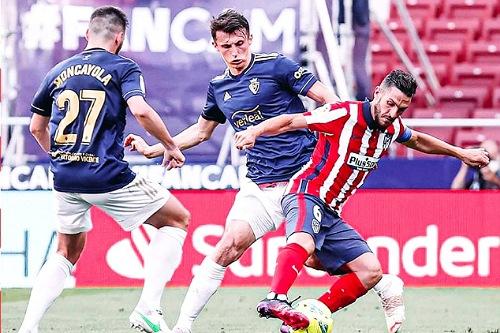 سواريز يقود أتلتيكو لملامسة لقب الدوري الإسباني بفوز مثير على أوساسونا