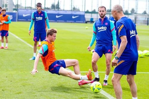 كومان يمنح لاعبي برشلونة راحة لمدة يومين