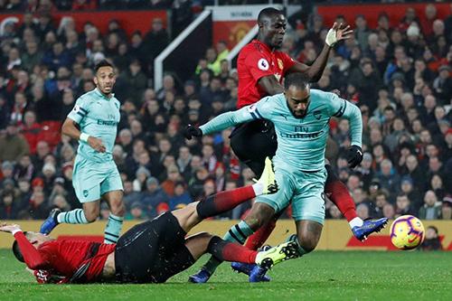 ليفربول يواصل المطاردة ومانشستر يتعادل مع أرسنال في الدوري الانجليزي
