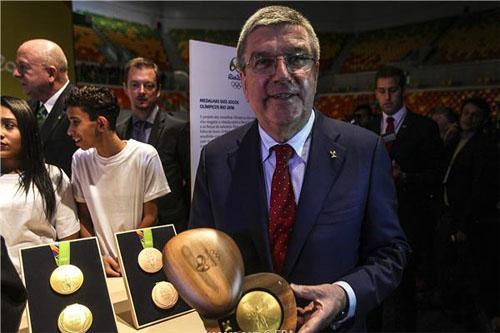 رئيس الأولمبية الدولية: فريق اللاجئين سيثري ريو