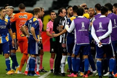 معركة بين لاعبى البوكا والشرطة بعد الخروج من ليبرطادوريس