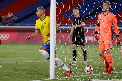 البرازيل وإسبانيا يبلغان نهائي كرة القدم في الأولمبياد