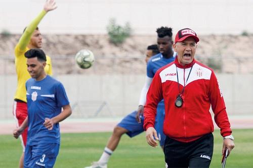 """سيدينو يصدم التونسي شبيل ويبرر فكرة """"إقالته"""" بضغط الجمهور"""