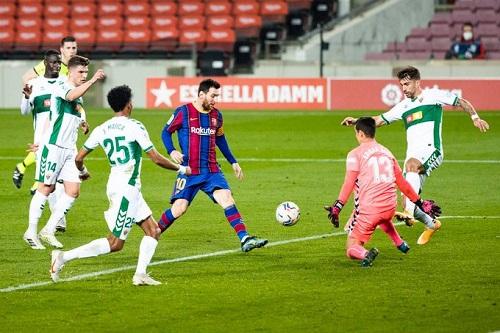 ميسي يعيد برشلونة للانتصارات وينفرد بصدارة هدافي الدوري الإسباني