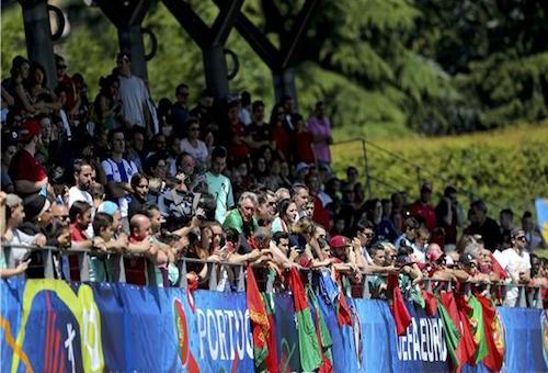 مئات البرتغاليين يحتفون بمنتخب بلادهم بعد التأهل لنهائي اليورو