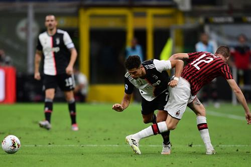 ميلان يعود من بعيد ويهزم يوفنتوس ويحرمه من الابتعاد بصدارة الدوري الإيطالي